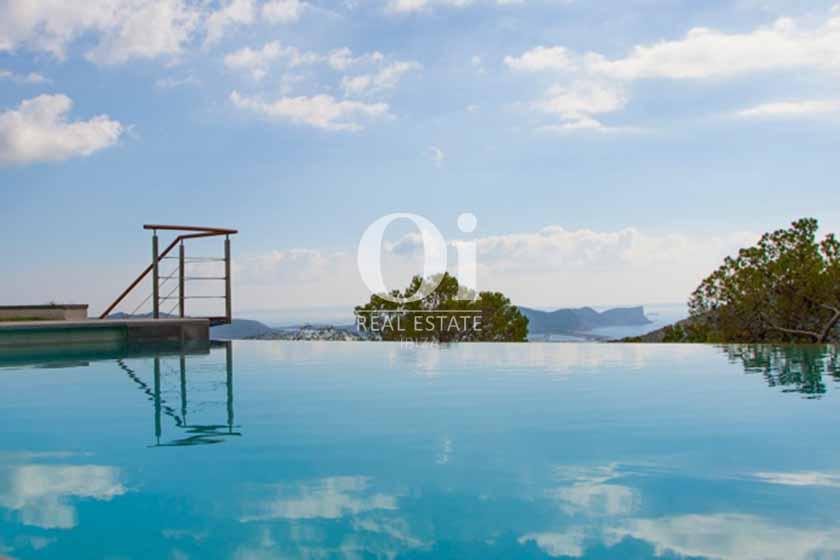 Фантастическая панорама из бассена, расположенного на роскошной просторной вилле на Ибице