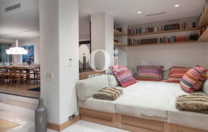 Зал с огромным мягким диван-кроватью для отдыха вилла в аренду  на Ибице