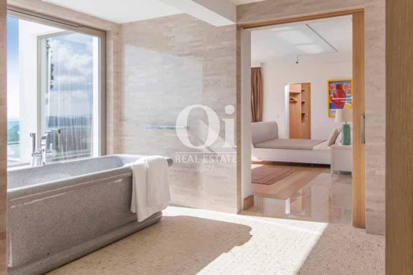Сьют с огромной мягкой кроватью и чудесной ванной комнатой с удобной ванной в вилле на Ибице