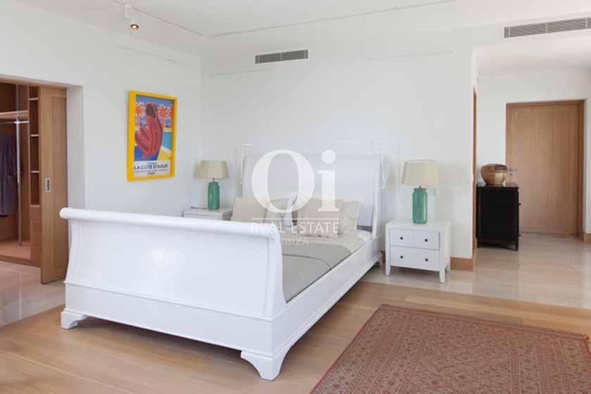 Сьют с огромной мягкой кроватью и чудесным видом из окна в вилле на Ибице