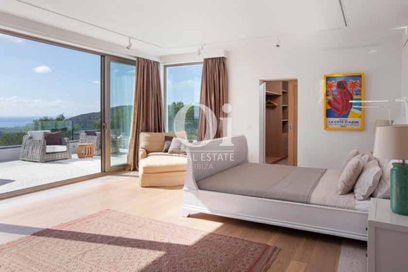 Blick in ein Schlafzimmer der Ferien-Villa in Sant Josep, Ibiza