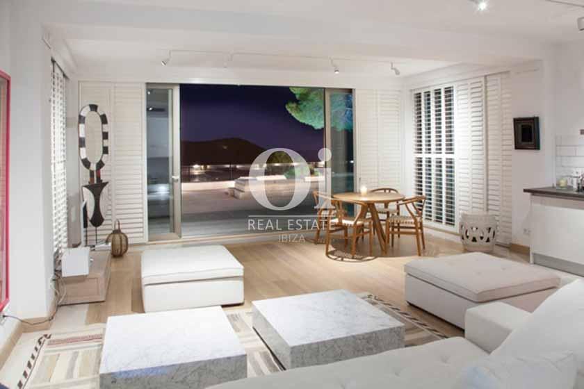 Чудесный зал для отдыха на 14 человек, с прекрасным вечерним видом из большого окна