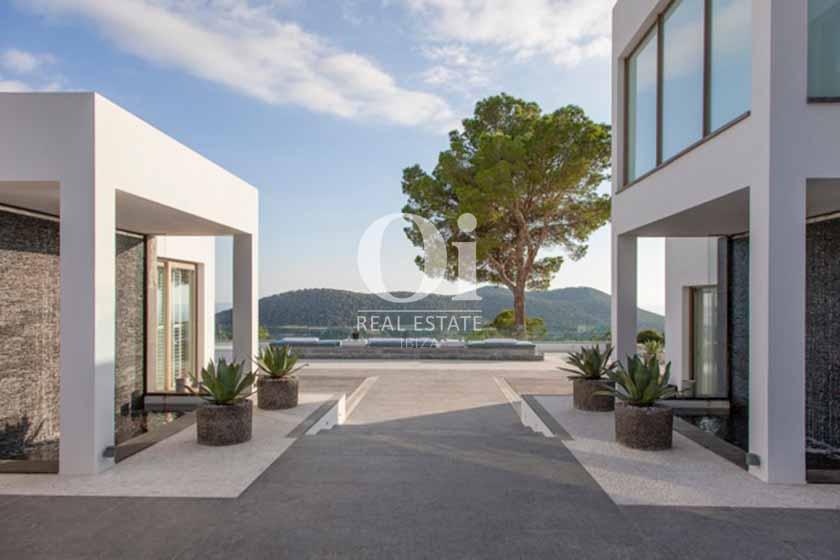 Белокаменная вилла с живописными террасами, зеленым ландшафтом, цветами и широкой центральной лестницей, на 14 человек