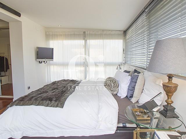 спальня с двуспальной кроватью фантастического дома на продажу в престижном городе Салоу
