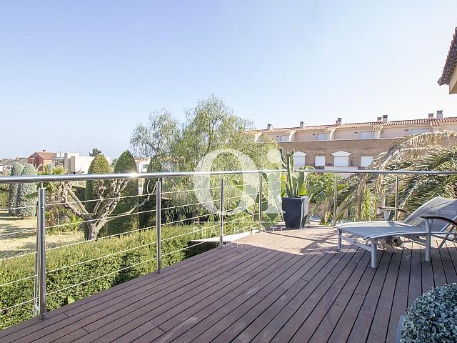 просторная терраса с лежаками фантастического дома на продажу в престижном городе Салоу