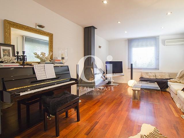 гостиная с большим диваном фантастического дома на продажу в престижном городе Салоу