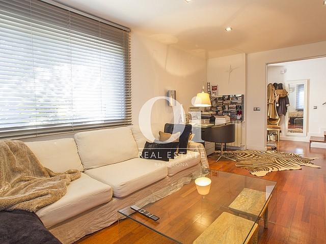 гостиная с большим окном фантастического дома на продажу в престижном городе Салоу