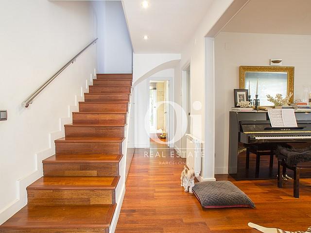деревянная лестница и часть уютной гостиной фантастического дома на продажу в престижном городе Салоу