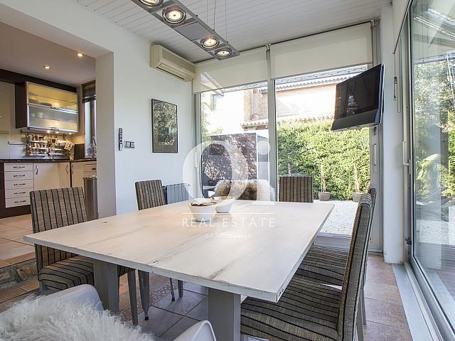 столовая с панорамными окнами и выходом на террасу фантастического дома на продажу в престижном городе Салоу