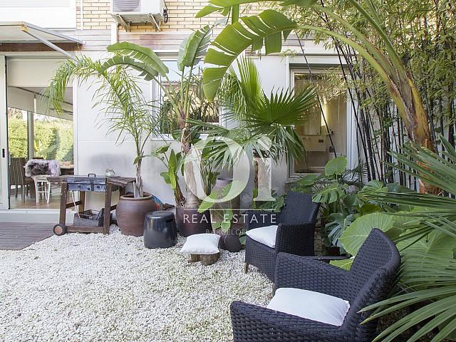 сад с покрытием из дерева и камня фантастического дома на прадажу в престижном городе Салоу