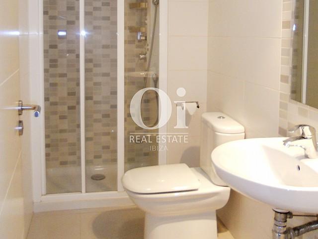 Blick in ein Bad vom Apartment zu verkaufen in Cala Gració