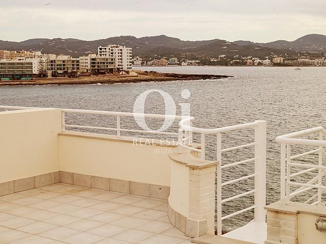 Blick auf die Terrasse vom Apartment zu verkaufen in Cala Gració