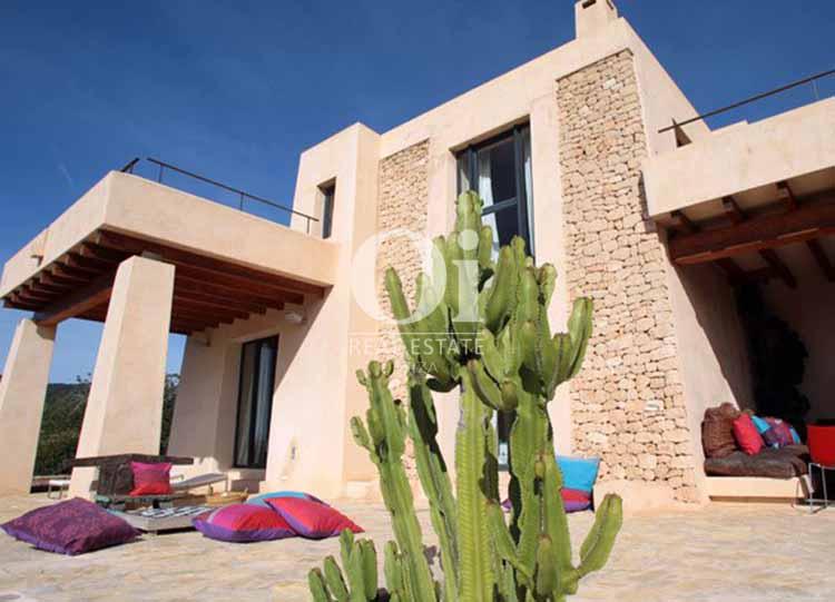 Fachada de casa en alquiler de estancia en Es Cubells, Ibiza