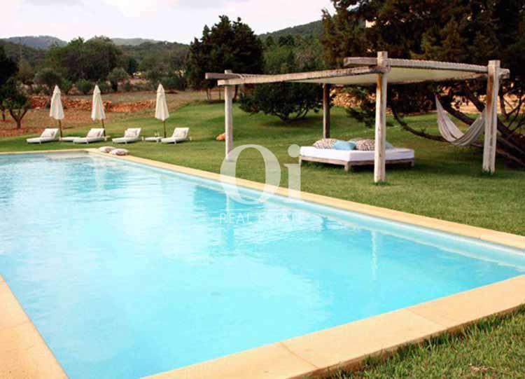 Blick auf den Poolbereich der Villa zu mieten in Es Cubells