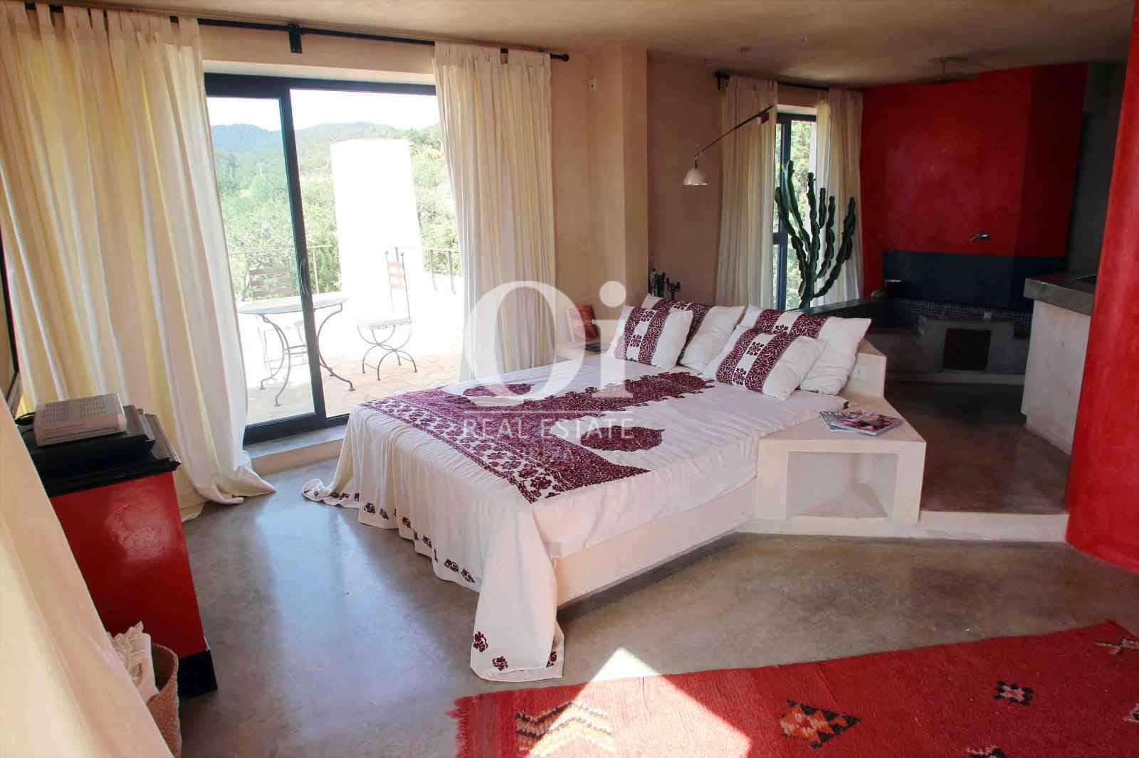 Blick in ein Schlafzimmer der Villa zu mieten in Es Cubells