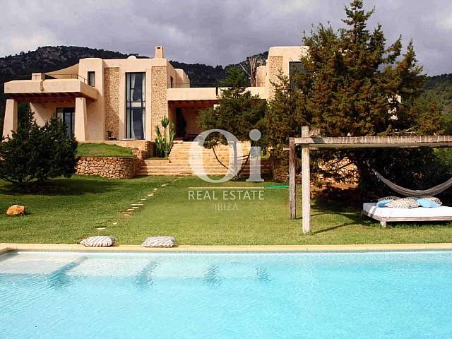 Élégante villa à louer à partir de € 5 750 par semaine à Es Cubells, Ibiza
