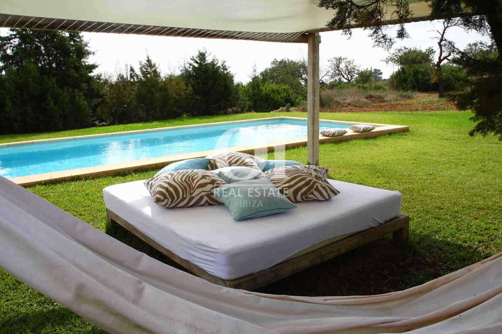 Zona chill out y jardín de casa en alquiler de estancia en zona Es Cubells, Ibiza