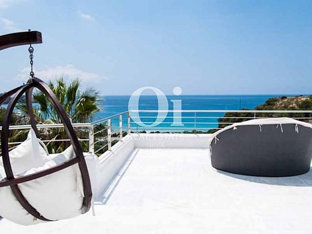 Espectacular terraza con vistas al mar en villa de lujo en Ibiza