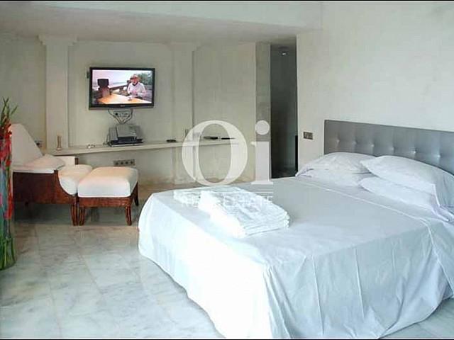 Blick in ein Schlafzimmer der Villa zu mieten in Cala Jondal, Ibiza