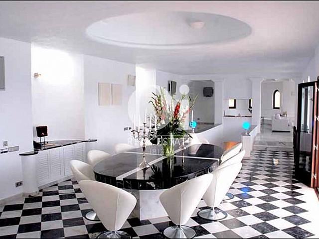 Amplio salón comedor en villa den alquiler turístico en ibiza