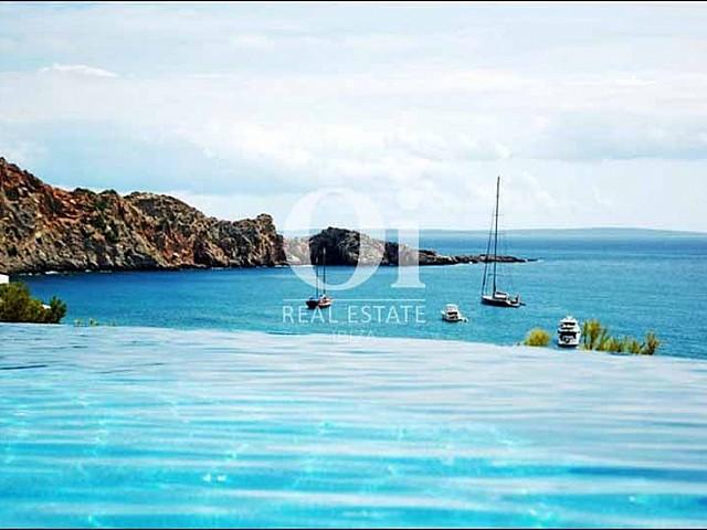 Ausblick vom Infinity-Pool der Villa zu mieten in Cala Jondal, Ibiza
