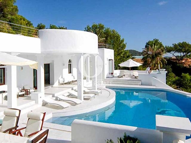 Blick iauf den Poolbereich der Villa zu mieten in Cala Jondal, Ibiza
