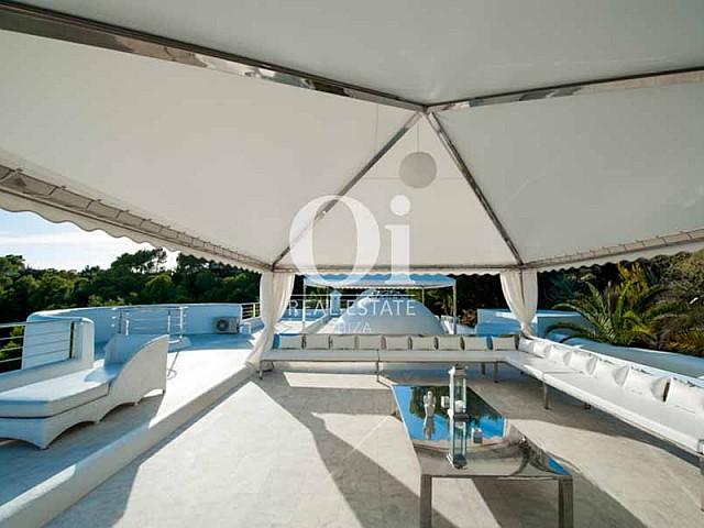 Terraza cubierta con amplios sillones en villa en alquiler en ibiza