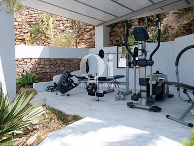 Gimnasio cubierto en el exterior de villa de lujo en Ibiza