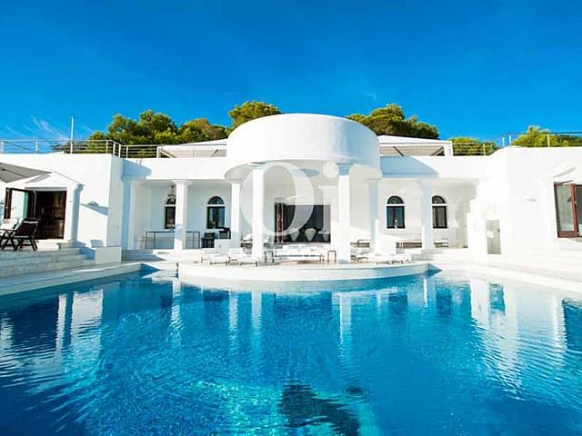 Merveilleuse piscine et façade de maison à louer de séjour à Es Jondal, Ibiza