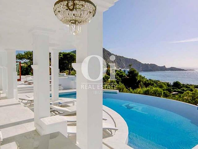 Terraza de lujo con amacas y piscina en frente del mar en Ibiza