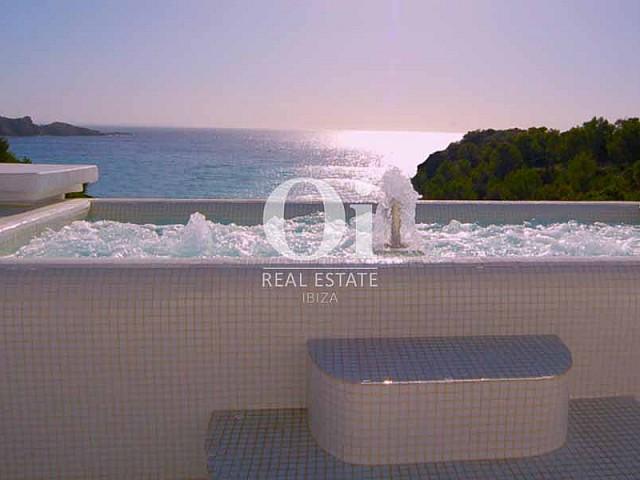 Ванна с гидромассажем и вид на море из шикарной виллы в аренду на Ибице