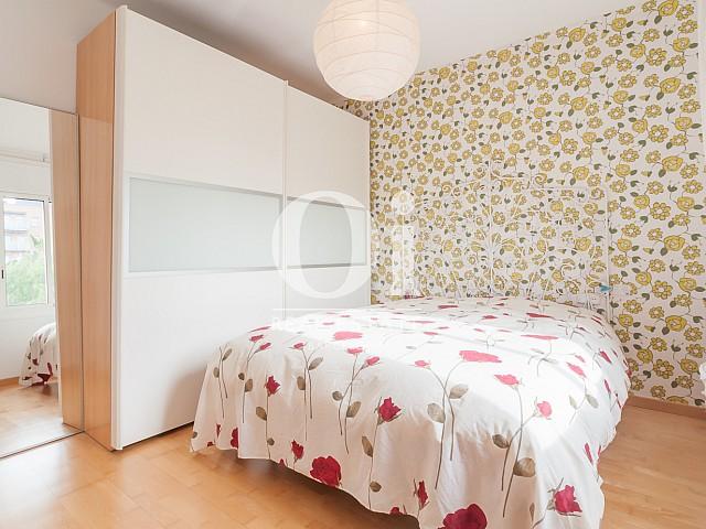 Blick in ein Schlafzimmer der Wohnung zu verkaufen in Poblenou