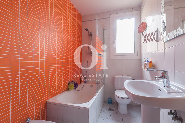 Blick in ein Badezimmer der Wohnung zu verkaufen in Poblenou