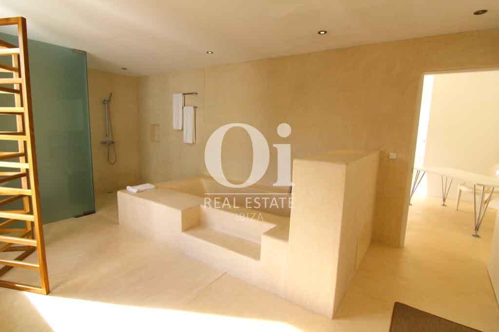 Красивый интерьер виллы на Ибице в аренду для приятного отдыха с близкими, ванная комната в современном оформлении