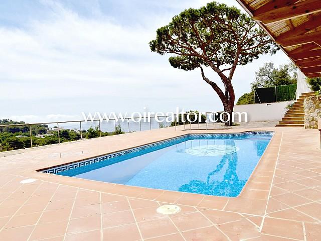 Casa en venta con licencia turística y vistas frontales a mar en Roca Grossa, Lloret de Mar