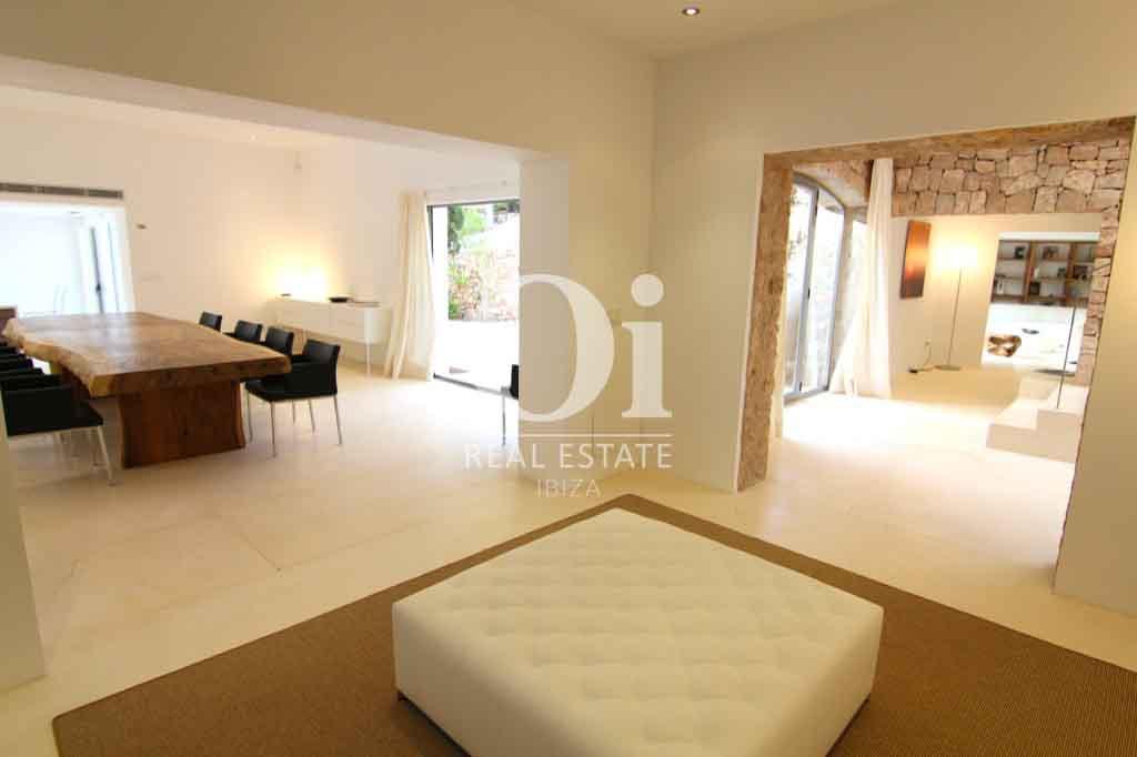 Красивый интерьер виллы на Ибице в аренду для приятного отдыха с близкими, столовая и выход на террасу