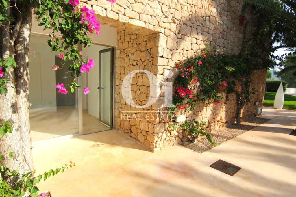 Каменная вилла, украшенная цветами и пышной растительностью на Ибице
