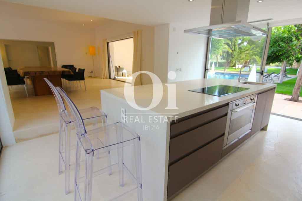 Современный дизайн дома на Ибице, большое светлое окно в пол, прозрачные стулья