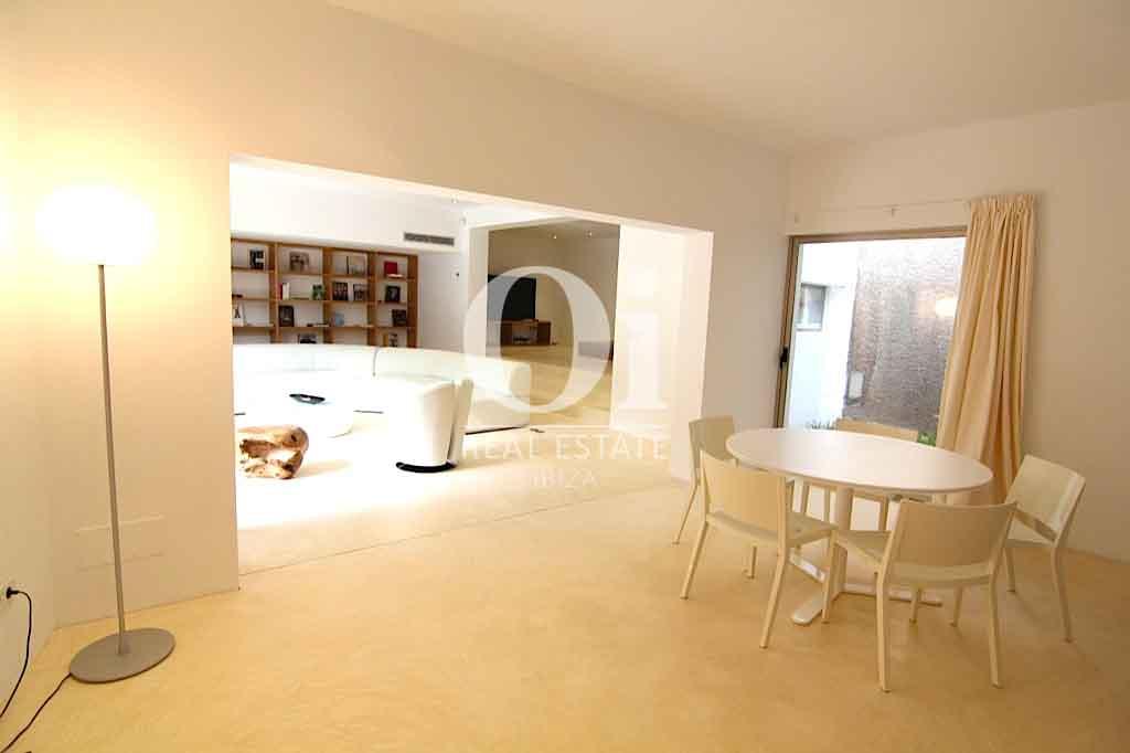 Красивый интерьер виллы на Ибице в аренду для приятного отдыха с близкими, столовая с карасивым столом