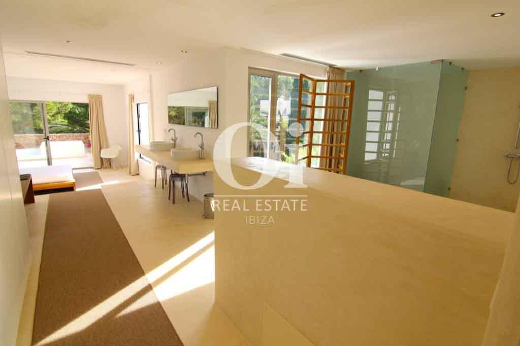 Красивый интерьер виллы на Ибице в аренду для приятного отдыха с близкими, столовая с карасивым столом, просторные помещения, светлое оформление комнат