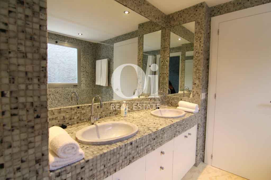Красивый интерьер виллы на Ибице в аренду, ванная комната, зеркало