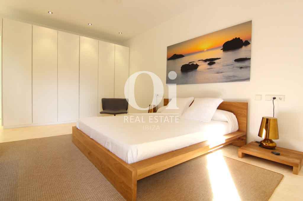 Красивый интерьер виллы на Ибице в аренду, спальная комната с двуспальной кроватью и большим красивым шкафом