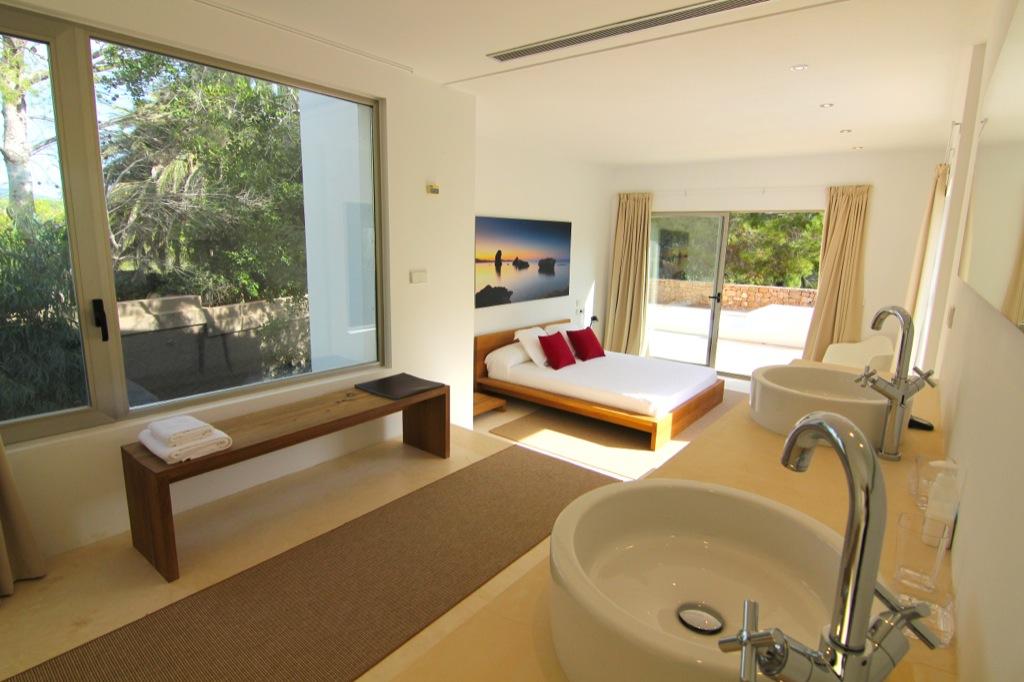 Красивый интерьер виллы на Ибице в аренду, спальная комната с двуспальной кроватью, радушный дизайн, сьют с ванной