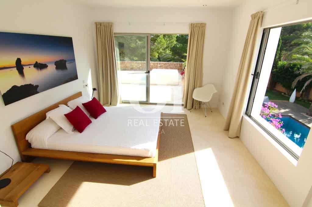 Красивый интерьер виллы на Ибице в аренду, спальная комната с двуспальной кроватью, радушный дизайн