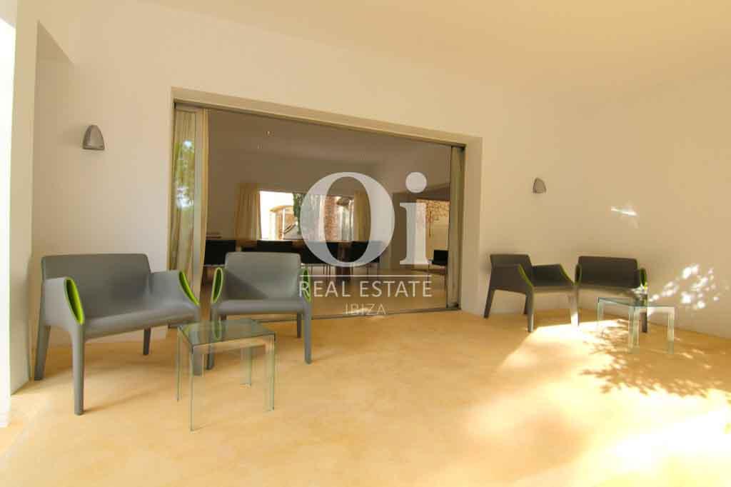 Интерьер виллы в аренду на Ибице, просторное помещение с высокими потолками