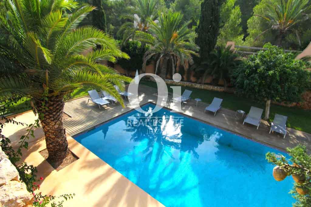 Вид на фантастический бассейн во дворе превосходной виллы на Ибице