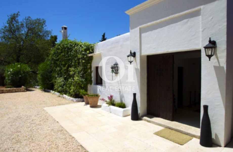 Blick auf den Außenbereich der Ferien-Villa zur Miete auf Ibiza