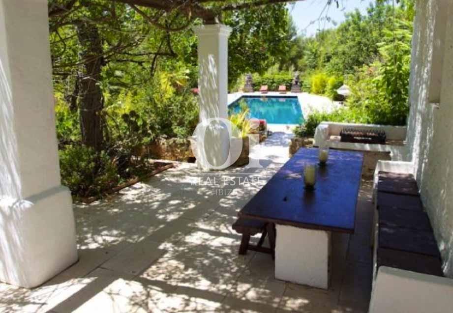 Comedor exterior de casa en alquiler de estancia en Santa Gertrudis, Ibiza