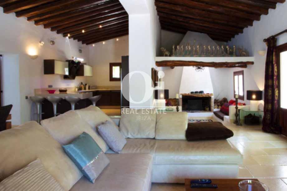Интерьер зала с большим диваном и потолочными балками на вилле в аренду на Ибице