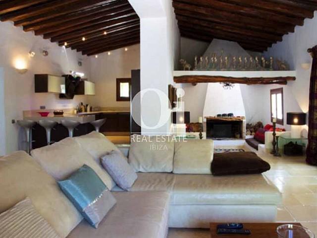 Blick auf den Wohnbereich der Ferien-Villa zur Miete auf Ibiza